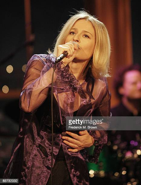 Recording artist Julia Fordham of the Julia Fordham Band performs during The Late Late Show with Craig Ferguson at CBS Television City on November 17...