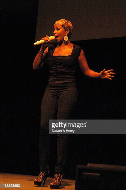 Recording artist Mary J Blige performs at Stepping Out Stepping Up at Gotham Hall on October 14 2009 in New York City