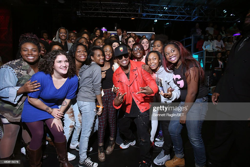 Recording artist Ne-Yo poses for a picture with the 106 & Park audience during 106 & Park at BET studio on December 17, 2014 in New York City.