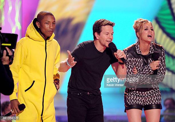 Recording artist Pharrell Williams host Mark Wahlberg and actress Kaley CuocoSweeting getting slimed and presenting an award during Nickelodeon's...