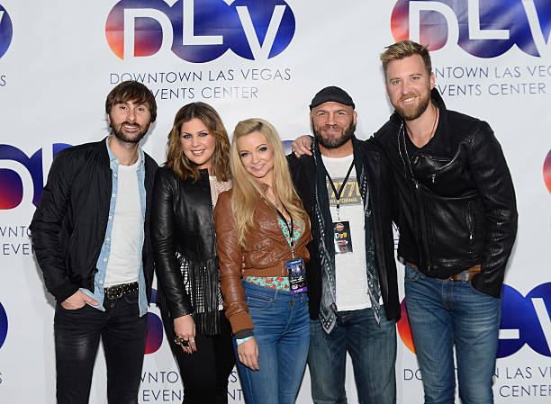 Photos et images de lady antebellum performs at dlvec downtown las recording artists dave haywood and hillary scott of lady antebellum and actress mindy robinson and actor m4hsunfo