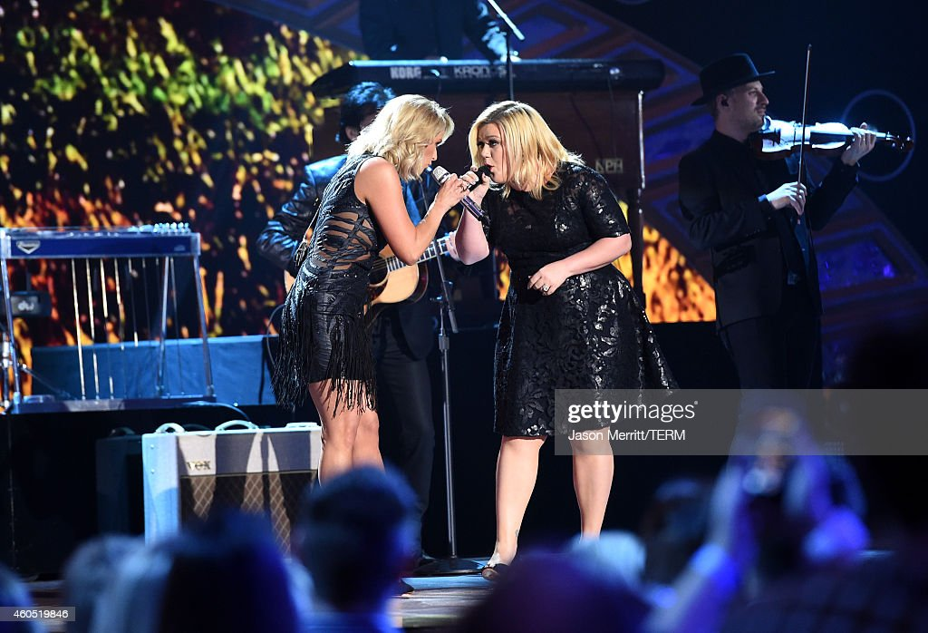 Recording artists Miranda Lambert (L) and Kelly Clarkson perform onstage during the 2014 American Country Countdown Awards at Music City Center on December 15, 2014 in Nashville, Tennessee.
