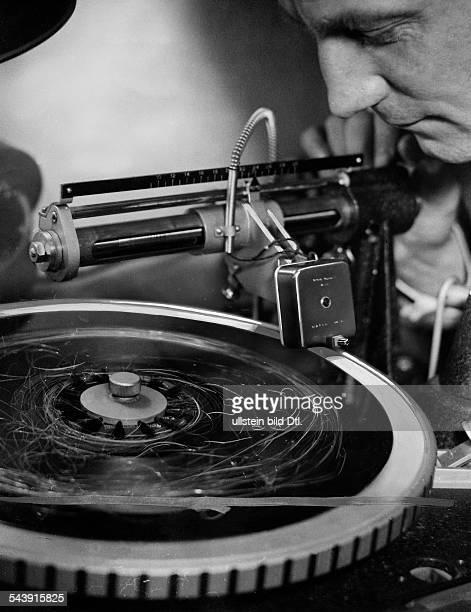 Recording of a 'Echorecord' Photographer Curt Ullmann Published by 'Sieben Tage' 43/1937Vintage property of ullstein bild