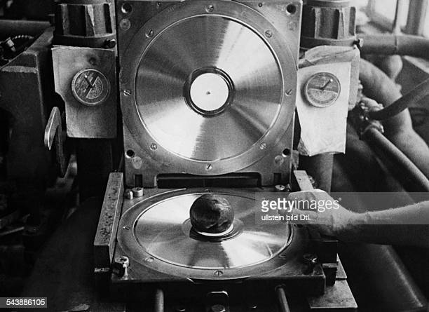 Recordmanufacturing disc cutter Photographer Curt Ullmann Published by 'Hier Berlin' 21/1941Vintage property of ullstein bild