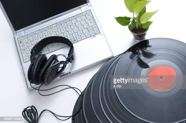 records and laptops - opslagmedia voor analoge audio stockfoto's en -beelden