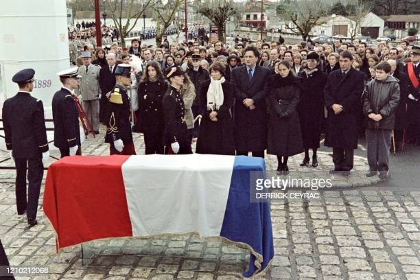 Recouvert du drapeau français, le cercueil du président François Mitterrand vient d'être déposé sur la place du Chateau, le 11 janvier 1996 à Jarnac,...