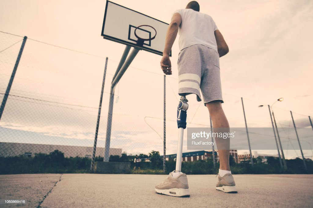 バスケット ボール コートで切断選手征服の恐怖を回復 : ストックフォト