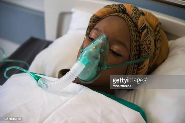 herstel in de icu - zuurstofmasker stockfoto's en -beelden