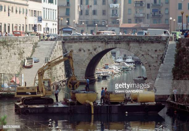 Recovery works in the canal where two statues that could have been sculpted by Modigliani were found in Livorno 25 July 1984 Italy