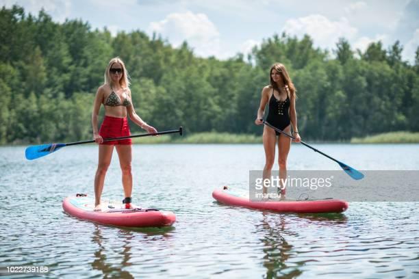 Recreatie met stand-up paddle boards in de buurt van de oever van het meer