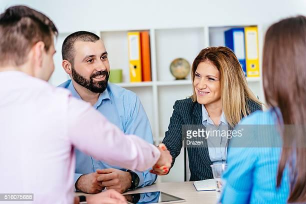 Einstellung ist erfolgreich für die besten Kandidaten und Handshake für Erfolg
