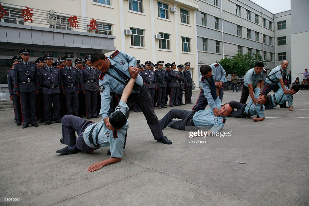 Recruits of security personnels attend a training session in Hami, Xinjiang Uighur Autonomous Region : Nieuwsfoto's
