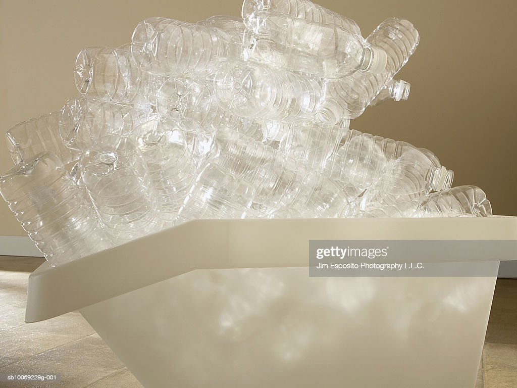 Recycling bin overfilled with plastic water bottles : Stockfoto