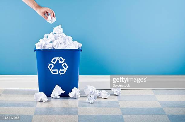 Contenedor de reciclaje con papel arrugado