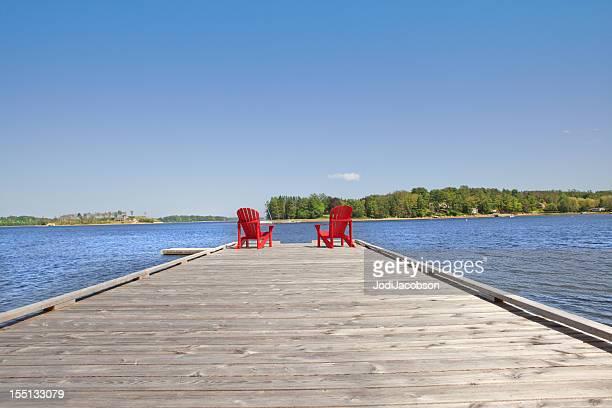 Rote Adirondack Stühle auf Sie wartet Personen