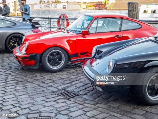rojo y negro estacionado porsche 911 carrera durante el evento con magnus walker en el mercado de pescado hamburgo - porsche 911 descapotable fotografías e imágenes de stock