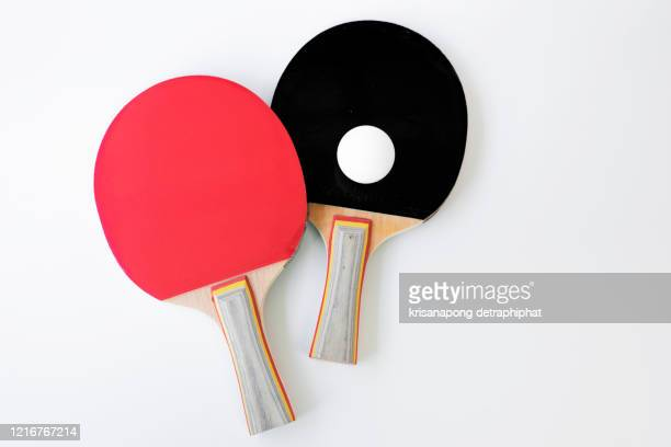 red and black rackets for playing table tennis on a white background, top view, sport concept - sports round stock-fotos und bilder