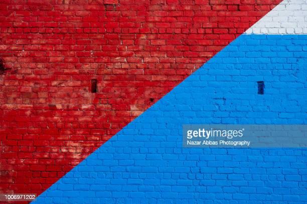 red and blue brick wall background. - baumaterial stock-fotos und bilder