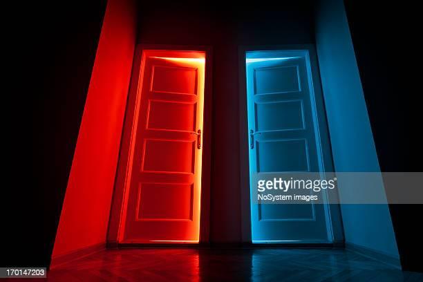 lumière rouge et bleue - deux objets photos et images de collection