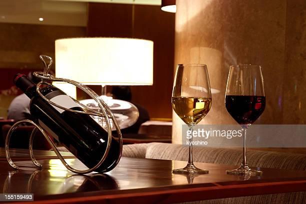 vinhos tinto e branco no bar - cabernet sauvignon grape - fotografias e filmes do acervo