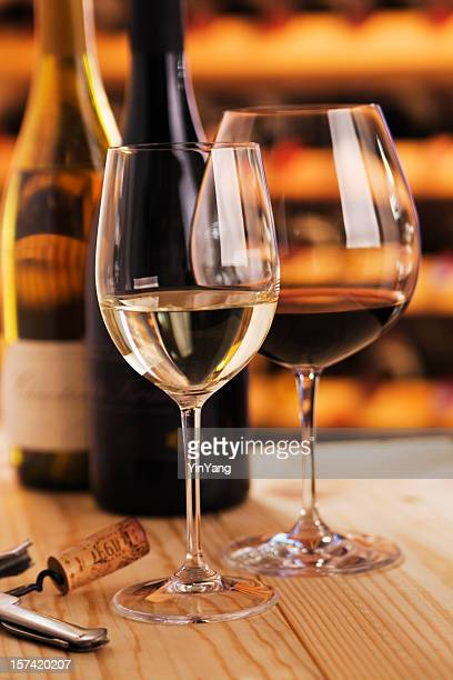Roten und weißen Wein Gläser mit Korkenzieher im Weinkeller