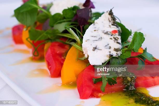 レッドとイエロートマトのサラダ - ピストー ストックフォトと画像