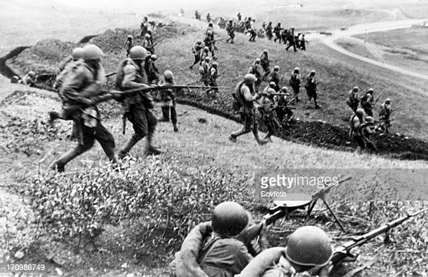 Red army men counterattacking the enemy lines in the area of mozdok 1942