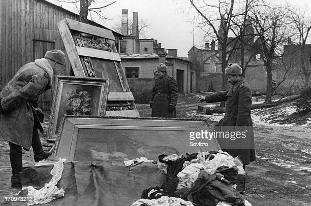Red army soldiers with recovered paintings stolen from the peterhof palace and pushkin palace by the germans, abandoned in east prussia during the...