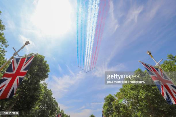 red arrows fly past on queen's birthday - raf stock pictures, royalty-free photos & images