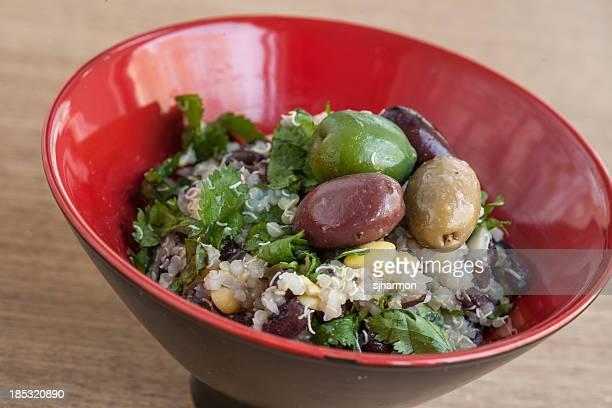 Rosso asiatica Ciotola di riso, cereali e olive verdi, Quinoa