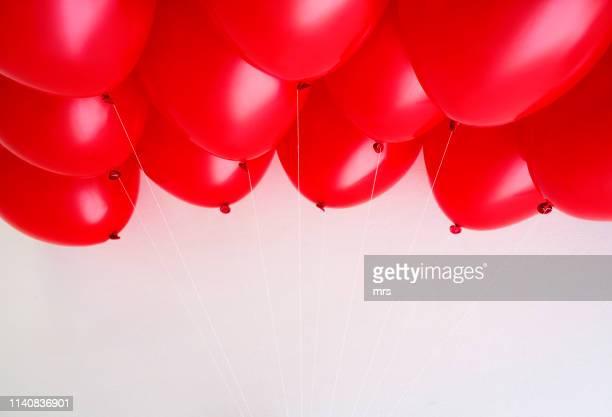 red balloons - anniversaire d'un évènement photos et images de collection