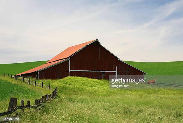 レッドバーンと馬のプレーリー - 家畜柵 ストックフォトと画像