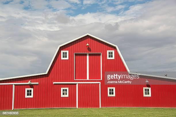 red barn - 農家の納屋 ストックフォトと画像