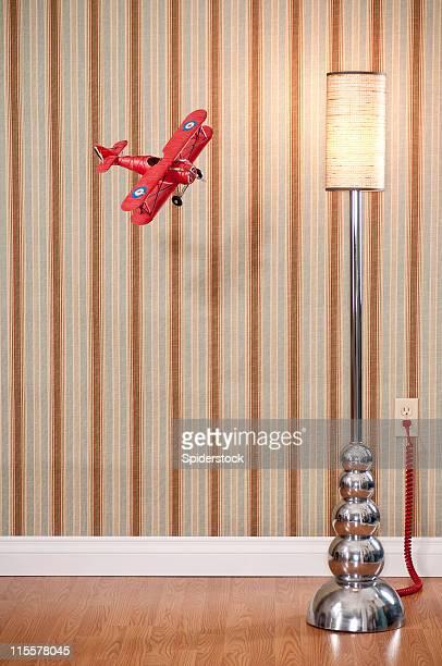 Biplan volant rouge dans la salle vide