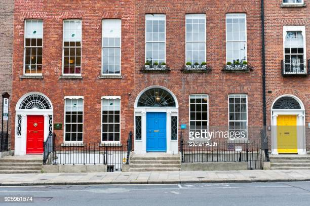 red, blue and yellow doors, georgian architecture, merrion street, dublin, ireland - ジョージア調 ストックフォトと画像