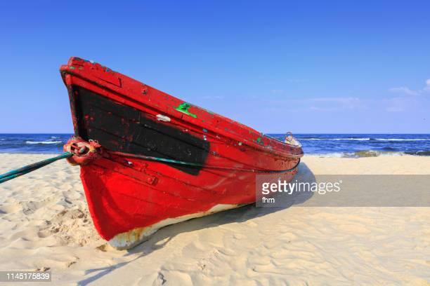 red boat on the beach - ウセドム ストックフォトと画像