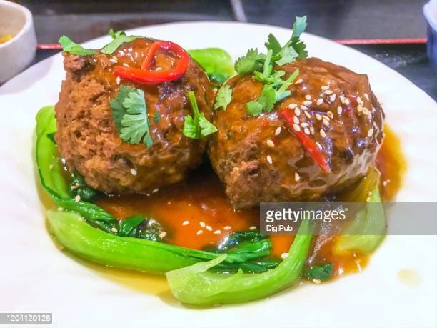 red braised lion's head, famous chinese meatball dish - とろ火で煮た ストックフォトと画像