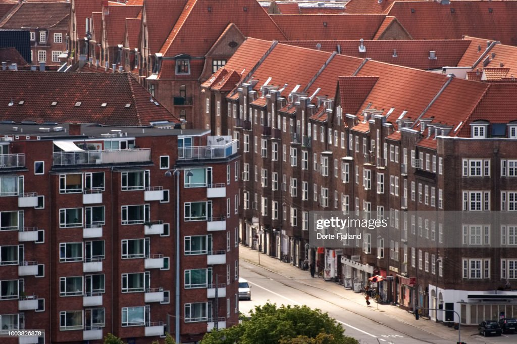 Red brick apartment buildings on a sunne street on Amager, a neighbourhood in Copenhagen : Foto de stock