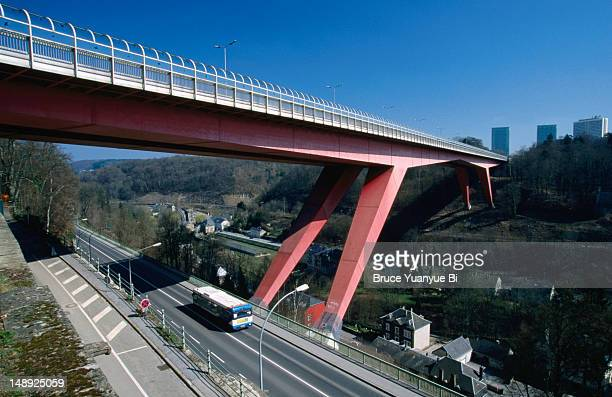 'red bridge' (grand duchess charlotte bridge), connecting city centre to european quarter on kirchberg plateau. - grand duchess stock pictures, royalty-free photos & images