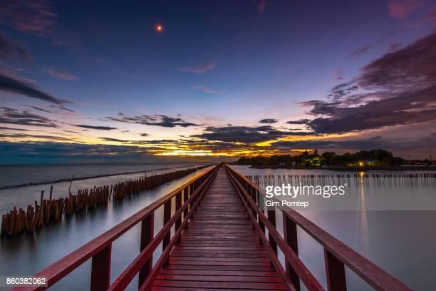 red bridge , dolphin watching point - golf von thailand stock-fotos und bilder