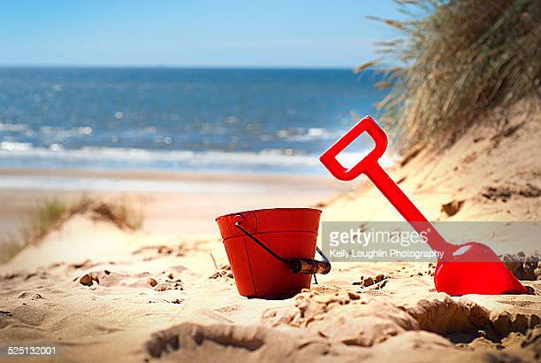 red bucket and spade - マージーサイド ストックフォトと画像