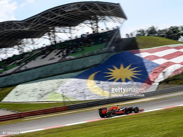 Red Bull Racing's Australian driver Daniel Ricciardo drives during the Formula One Malaysian Grand Prix in Sepang on October 2 2016 / AFP / MANAN...