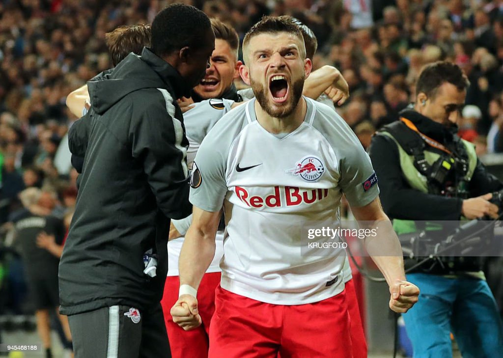 TOPSHOT - Red Bull Salzburg players celebrate their team's 4-1 victory after the UEFA Europa League quarter final sceond leg football match between FC Salzburg and SS Lazio on April 12, 2018, at the Red Bull Arena in Salzburg. / AFP PHOTO / APA / KRUGFOTO / Austria OUT
