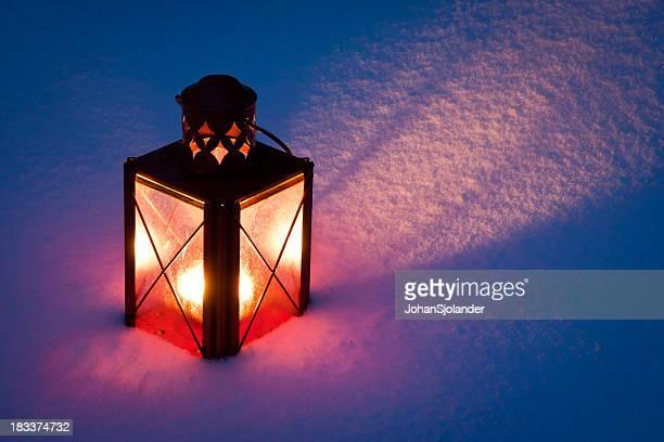 Rote Kerzen Laterne im Schnee