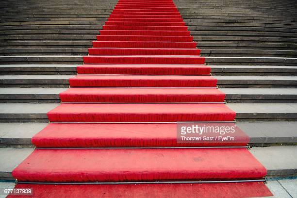 red carpet leading up stairs - red carpet event stock pictures, royalty-free photos & images