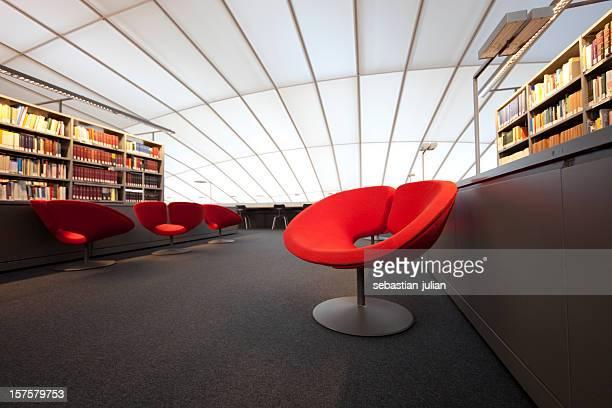 Fauteuil moderne rouge dans la bibliothèque