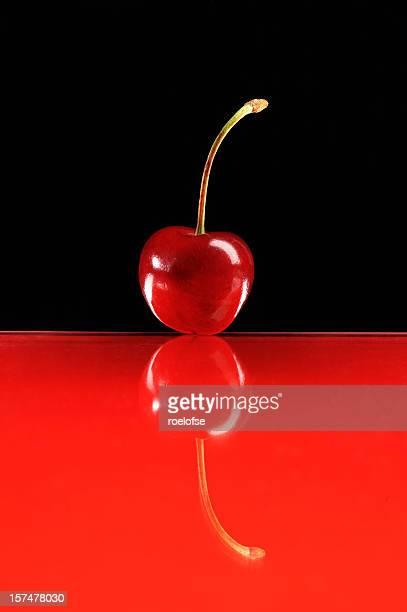 Rouge cerise sur une surface vitrée