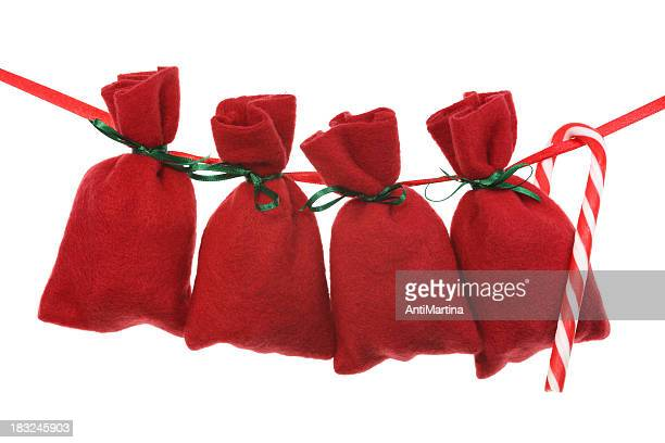 rojo navidad bolsas para calendario navideño en una cadena - advent calendar fotografías e imágenes de stock