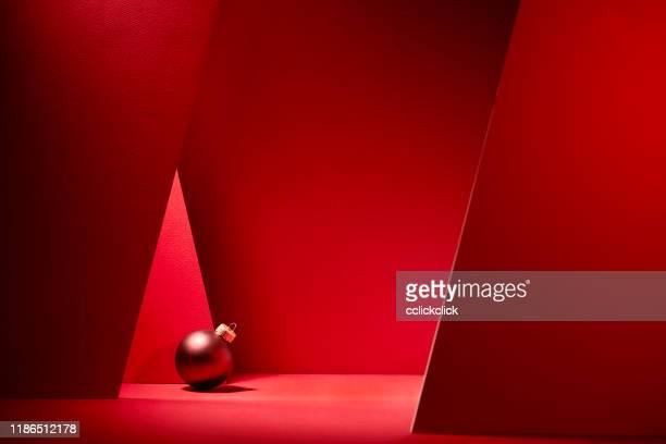 palline di natale rosse su sfondo rosso. - natale foto e immagini stock