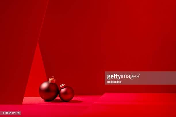 baubles vermelhos do natal no fundo vermelho. - christmas background - fotografias e filmes do acervo